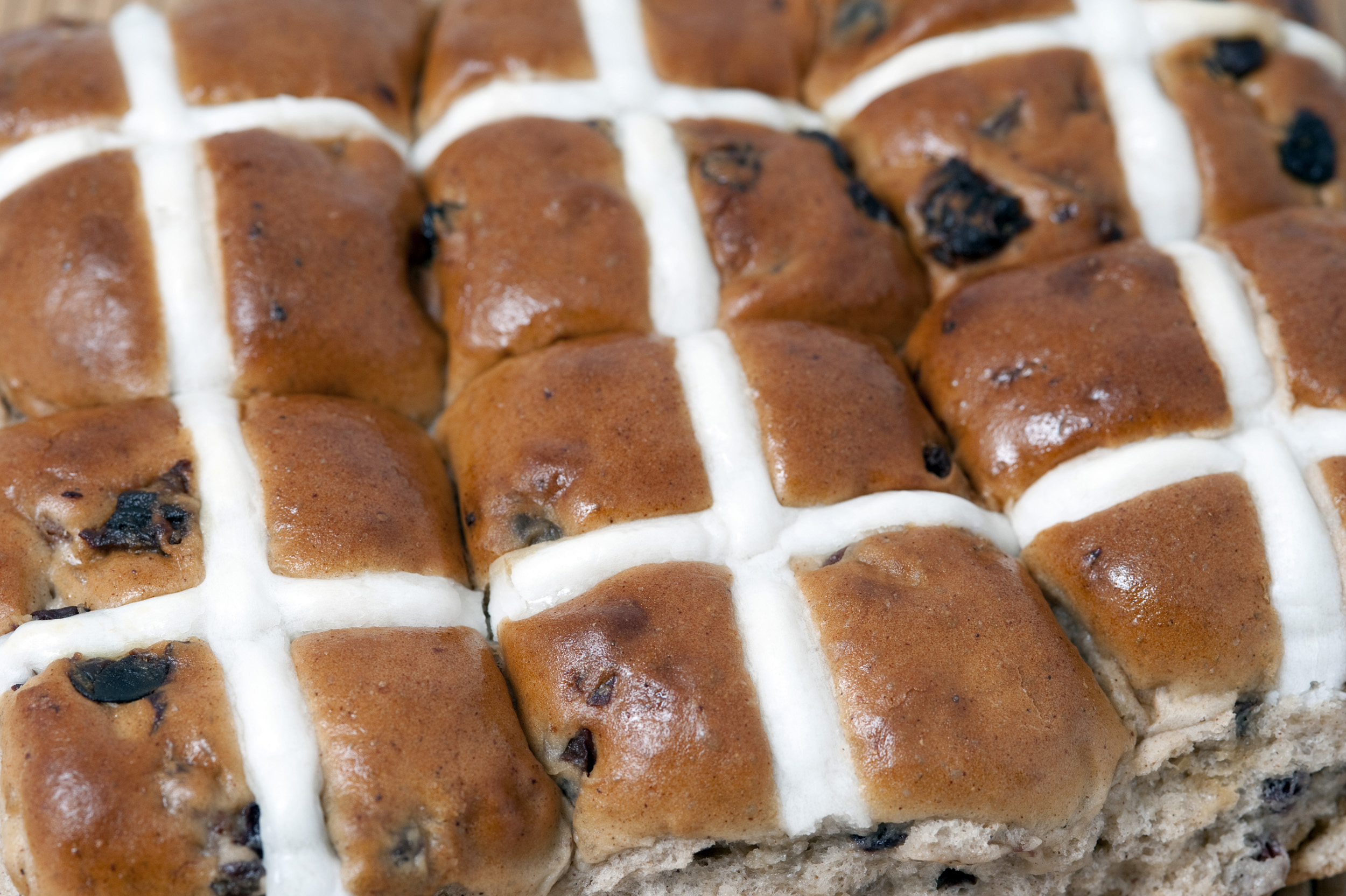 hotcross_buns.jpg - Batch of freshly baked spicy Hot Cross Buns showing the white glazed symbolic crosses on the top